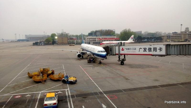 China Southern - Airbus 321 - CZ309 - B-6318 - samolot stojący przy rękawie na pekińskim lotnisku - kwiecień 2013