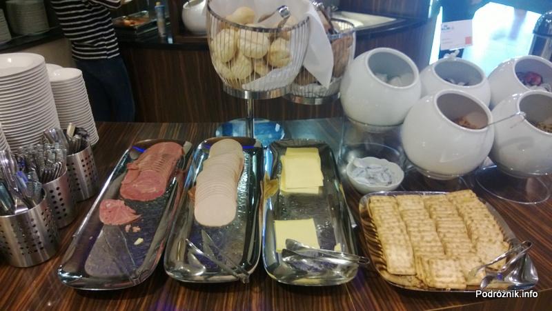 Holandia - Lotnisko w Amsterdamie - Amsterdam Airport Schiphol KLM Crown Lounge - tace z serem i wędliną - kwiecień 2013
