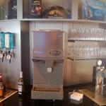 Holandia - Lotnisko w Amsterdamie - Amsterdam Airport Schiphol - KLM Crown Lounge - samoobsługowy bar z napojami - kwiecień 2013