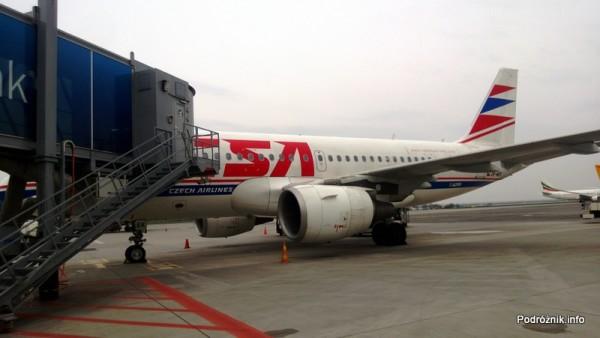 Czechy - Port lotniczy Praga imienia Vaclava Havla dawniej Port lotniczy Praga-Ruzyne - Airbus A319 - OK-MEK - samolot przy rękawie - kwiecień 2013