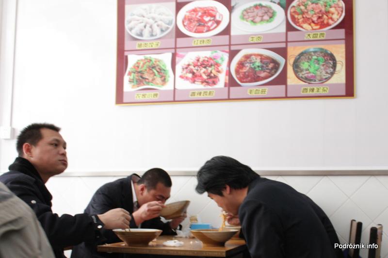 Chiny - Pekin - Chińczycy pijący zupę z misek - kwiecień 2013