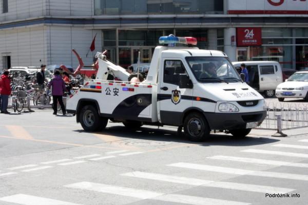 Chiny - Pekin - chiński policyjny samochód do odholowywania nieprawidłowo zaparkowanych pojazdów - kwiecień 2013