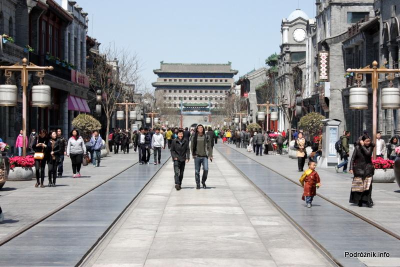 Chiny - Pekin - ulica z torami tramwajowymi ciągnąca się do placu Niebiańskiego Spokoju - kwiecień 2013