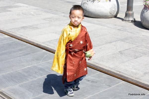 Chiny - Pekin - chiński chłopiec jak mały książę - kwiecień 2013