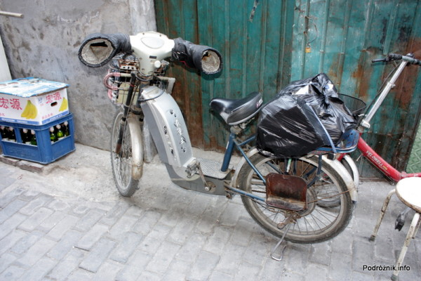 Chiny - Pekin - motor z mufkami chroniącymi ręce w zimnie - kwiecień 2013