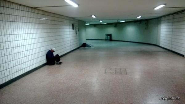 Chiny - Pekin - bezdomni w przejściu podziemnym niedaleko stacji metra Qianmen przy Placu Niebiańskiego Spokoju - kwiecień 2013