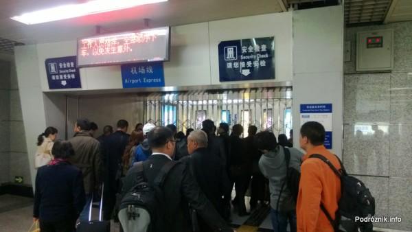 Chiny - Pekin - stacja Dongzhimen - krata broniąca dostępu do Airport Express od strony metra  - kwiecień 2013