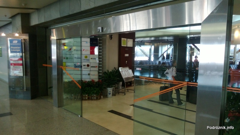 Chiny - Pekin - Lotnisko - BGS Premier Lounge Beijing Capital International Airport Terminal 2 - wejście - kwiecień 2013