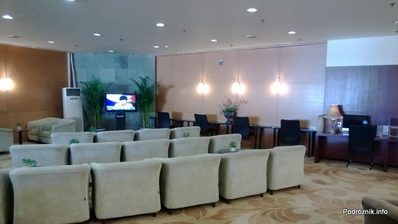 Chiny - Pekin - Lotnisko - BGS Premier Lounge Beijing Capital International Airport Terminal 2 - fotele przed telewizorem - kwiecień 2013