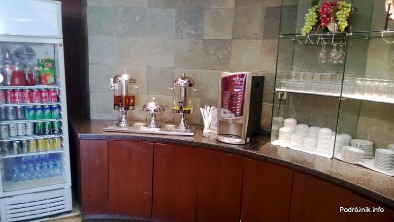 Chiny - Pekin - Lotnisko - BGS Premier Lounge Beijing Capital International Airport Terminal 2 - lodówka z napojami i dystrybutory soków oraz automat do tych na gorąco - kwiecień 2013