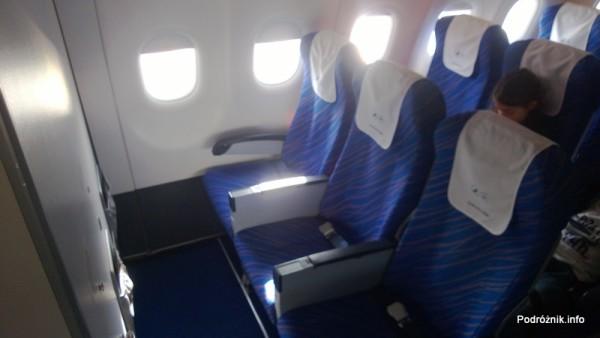 China Southern - Airbus 321 - CZ310 - B-6317 - Klasa ekonomiczna - Economy Class – fotele w pierwszych rzędach z tacami w podłokietnikach - kwiecień 2013