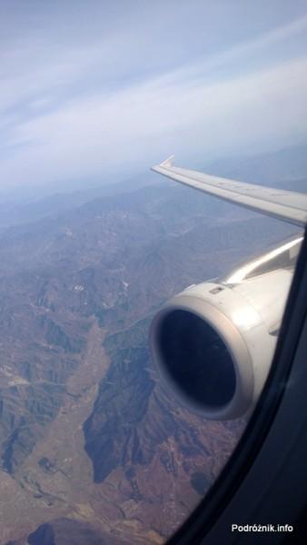 Chiny - widok na silnik i góry podczas przelotu z Pekinu do Hongkongu - kwiecień 2013