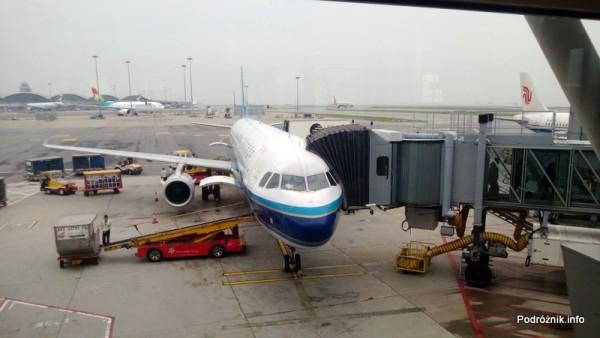 China Southern - Airbus 321 - CZ310 - B-6317 - samolot przy rękawie na lotnisku w Hongkongu - kwiecień 2013