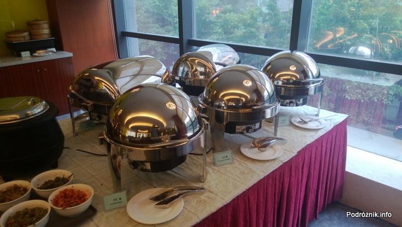 Chiny - Hotel Holiday Inn Express Shenzhen Luohu - stołówka - lada z daniami na ciepło w podgrzewaczach - kwiecień 2013