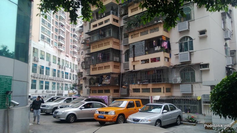 Chiny - Shenzhen - zakratowane okna i balkony w budynku mieszkalnym - kwiecień 2013