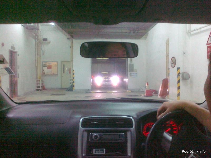 Chiny - Hongkong - samochód wyjeżdża z windy - kwiecień 2013