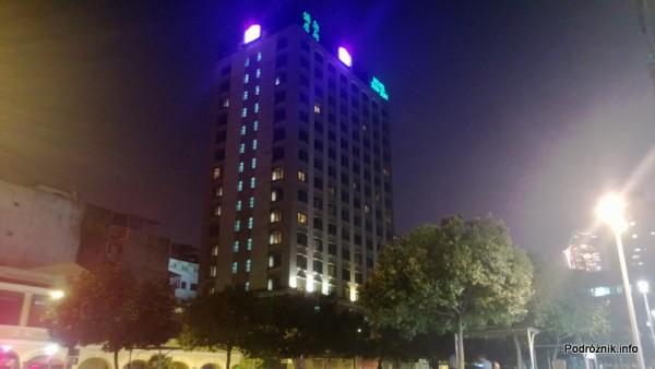 Chiny - Makao - Hotel Best Western Sun Sun Makau - nocne zdjęcie z zewnątrz - kwiecień 2013