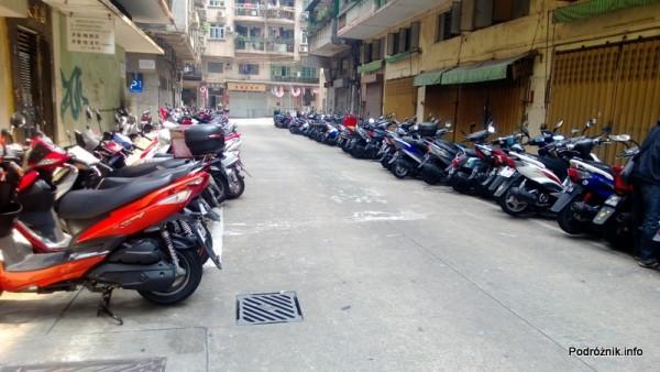 Chiny - Makao - ulica z parkingiem dla skuterów i motorów pod blokiem - kwiecień 2013