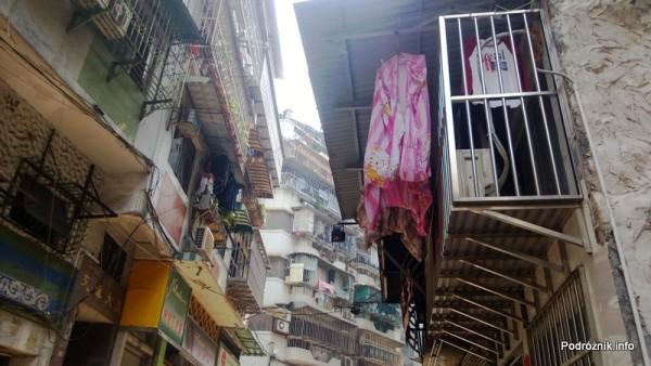 Chiny - Makao - pranie wywieszone do wysuszenia nad ulicą - kwiecień 2013