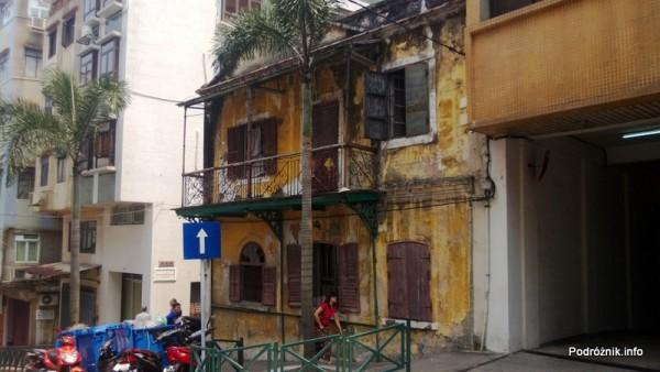 Chiny - Makao - zniszczona żółta kamienica z czasów kolonialnych - kwiecień 2013
