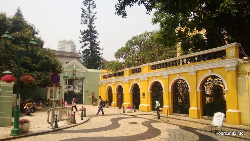 Chiny - Makao - w głębi brama Seminarium Świętego Józefa (Seminario de S. Jose) - kwiecień 2013