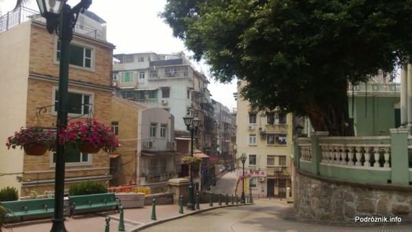 Chiny - Makao - stromo opadająca ulica przy teatrze - kwiecień 2013