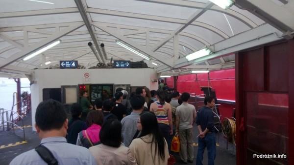 Chiny - Makao - kolejka do wejścia na pokład na prom do Hongkongu - kwiecień 2013