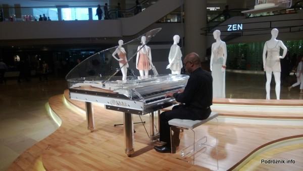 Chiny - Hongkong  - pianista przy fortepianie w atrium centrum handlowego Pacific Place - kwiecień 2013