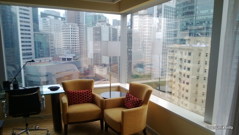Chiny - Hongkong - JW Marriott Hotel Hong Kong - fotele w pokoju typu 2 Double i widok z okna - kwiecień 2013