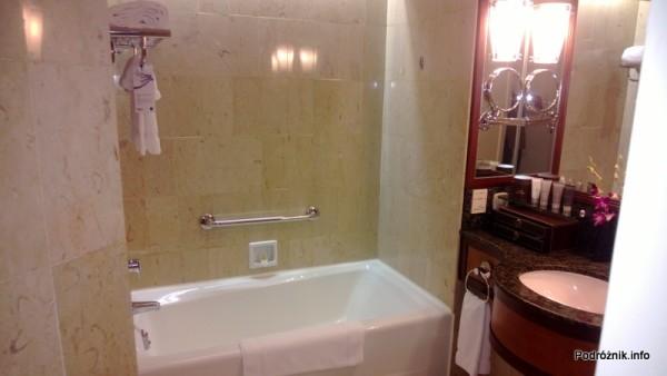 Chiny - Hongkong  - JW Marriott Hotel Hong Kong - pokój typu 2 Double - łazienka - wanna i umywalka - kwiecień 2013