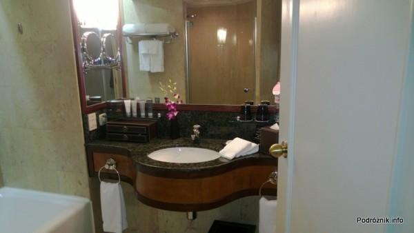 Chiny - Hongkong  - JW Marriott Hotel Hong Kong - pokój typu 2 Double - łazienka - kabina prysznicowa odbijająca się w lustrze nad umywalką - kwiecień 2013