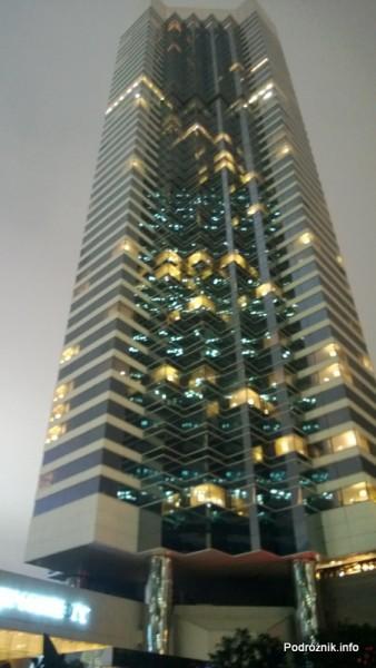 Chiny - Hongkong  - JW Marriott Hotel Hong Kong - nocne zdjęcie budynku - kwiecień 2013