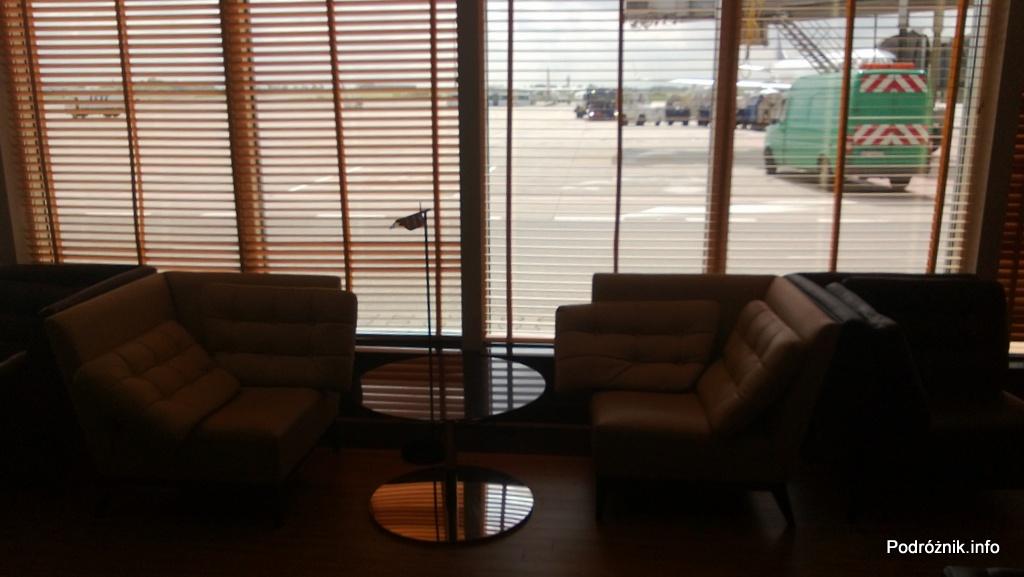 Polska - Warszawa - Lotnisko Chopina - Salonik Bolero Executive Lounge - miękkie fotele pod oknem i widok na płytę lotniska - czerwiec 2013