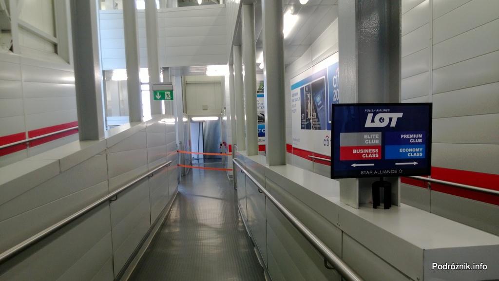 Polska - Warszawa - Lotnisko Chopina - monitor wyświetlający zalecenia dla pasażerów lotu LO16 do Chicago - czerwiec 2013