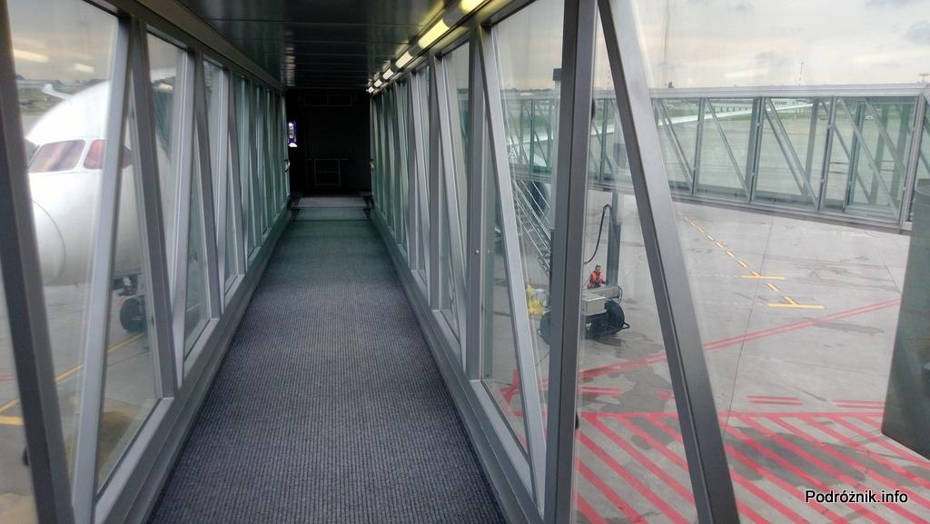 Polska - Warszawa - Lotnisko Chopina - dwa rękawy podpięte do samolotu Polskich Linii Lotniczych LOT Boeing 787 Dreamliner rejs LO3 do Chicago - czerwiec 2013