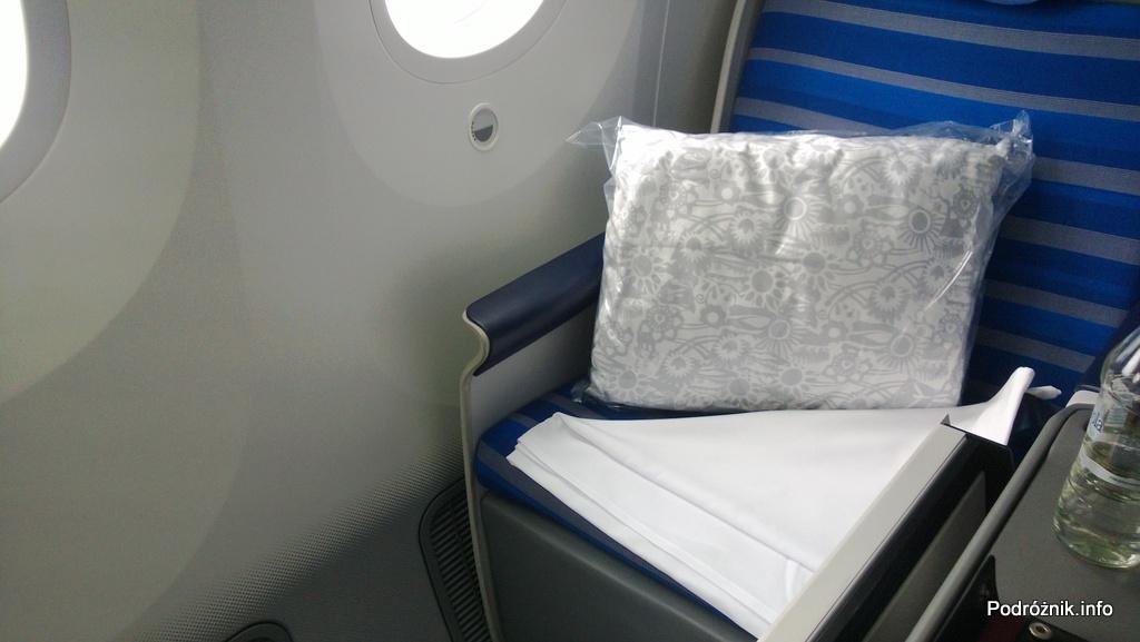 Polskie Linie Lotnicze LOT - Boeing 787 Dreamliner (SP-LRA) - Klasa Biznes (Elite Club) - poduszka i koc oraz prześcieradło - czerwiec 2013