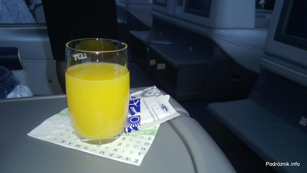 Polskie Linie Lotnicze LOT - Boeing 787 Dreamliner (SP-LRA) - Klasa Biznes (Elite Club) - drink powitalny - czerwiec 2013