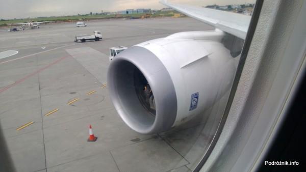 Polskie Linie Lotnicze LOT - Boeing 787 Dreamliner (SP-LRA) - silnik widziany z wnętrza samolotu - czerwiec 2013