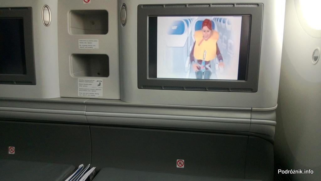 Polskie Linie Lotnicze LOT - Boeing 787 Dreamliner (SP-LRA) - Klasa Biznes (Elite Club) - animacja z safety demonstration na ekranie monitora - czerwiec 2013