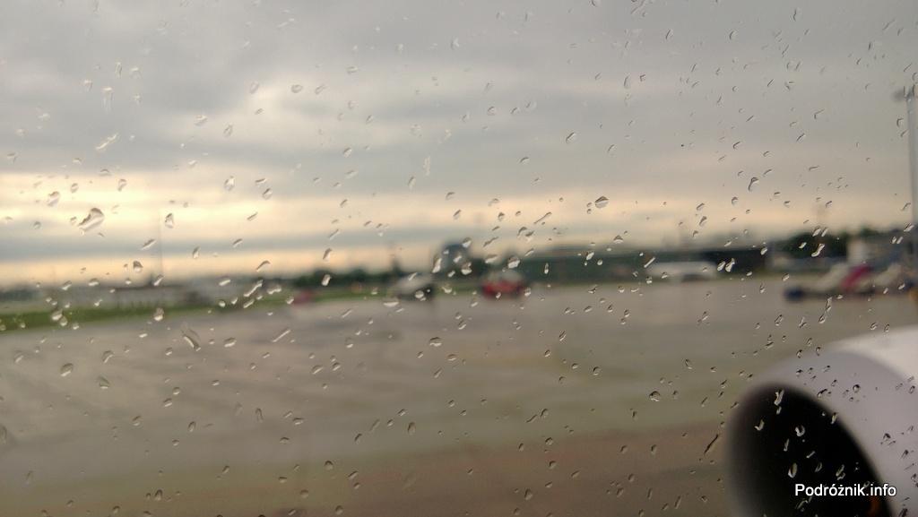 Polskie Linie Lotnicze LOT - Boeing 787 Dreamliner (SP-LRA) - krople deszczu na szybie - czerwiec 2013