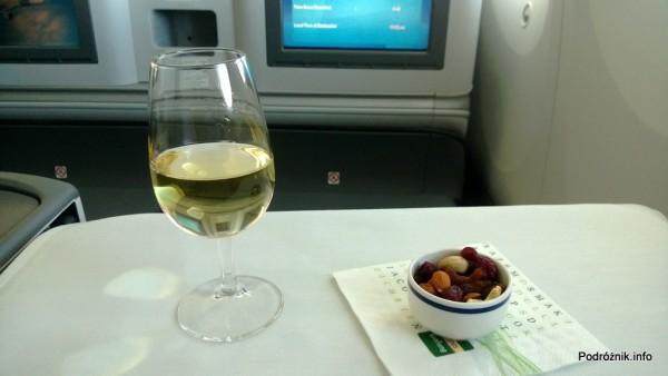 Polskie Linie Lotnicze LOT - Boeing 787 Dreamliner (SP-LRA) - Klasa Biznes (Elite Club) - szampan i przegryzka na białym obrusie - czerwiec 2013