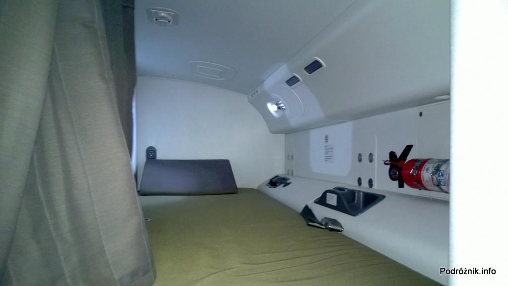 Polskie Linie Lotnicze LOT - Boeing 787 Dreamliner (SP-LRA) - Klasa Biznes (Elite Club) - leżanka do odpoczynku dla pilota - czerwiec 2013