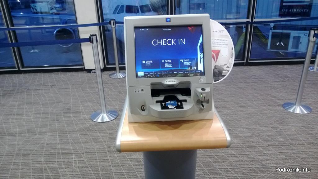 USA - Chicago O'Hare International Airport (ORD)- automat niedaleko bramek z których korzysta Delta Airlines do zmian rezerwacji i ponownego drukowania kart pokładowych - czerwiec 2013