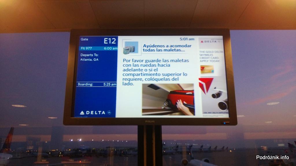 USA - Chicago O'Hare International Airport (ORD) - przy bramce Delta Airlines (DL) - informacja po hiszpańsku na temat umieszczania bagażu podręcznego - czerwiec 2013