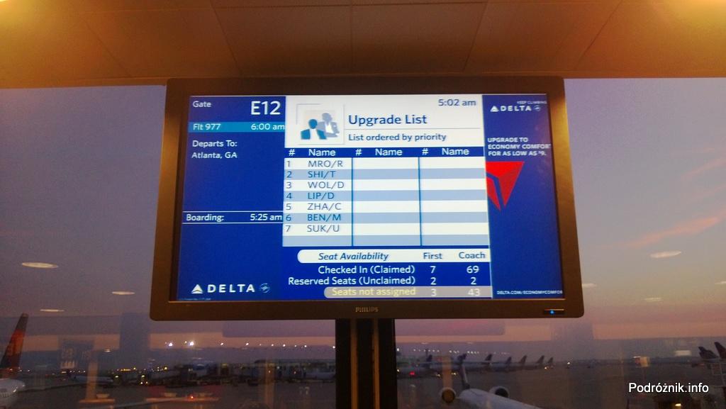 USA - Chicago O'Hare International Airport (ORD) - przy bramce Delta Airlines (DL) - Upgrade list - ci co chcieliby lecieć w pierwszej klasie w miarę wolnych miejsc - czerwiec 2013