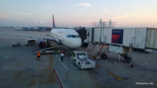 Delta Airlines - Airbus A319 - N362NB - DL977 - Przy rękawie na lotnisku w Chicago (ORD) - czerwiec 2013