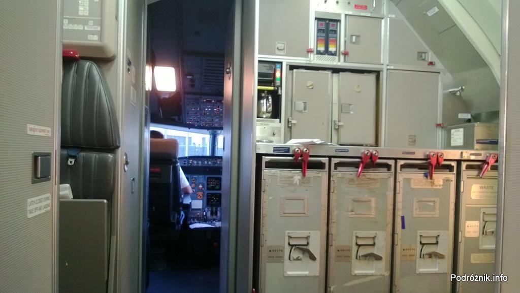 Delta Airlines - Airbus A319 - N362NB - DL977 - kuchnia i otwarte drzwi do kokpitu - czerwiec 2013