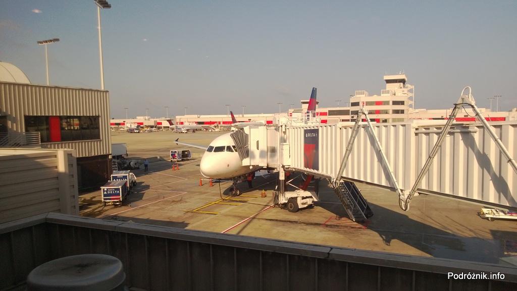 Delta Airlines - Airbus A319 - N362NB - DL977 - przy rękawie na lotnisku w Atlancie (ATL) - czerwiec 2013