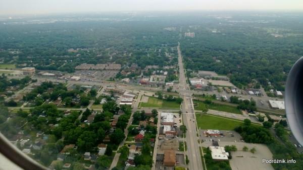 USA - przedmieścia Chicago z lotu ptaka - skrzyżowanie East Irving Park Rd i North Wood Dale Rd oraz przejazd kolejowy - czerwiec 2013
