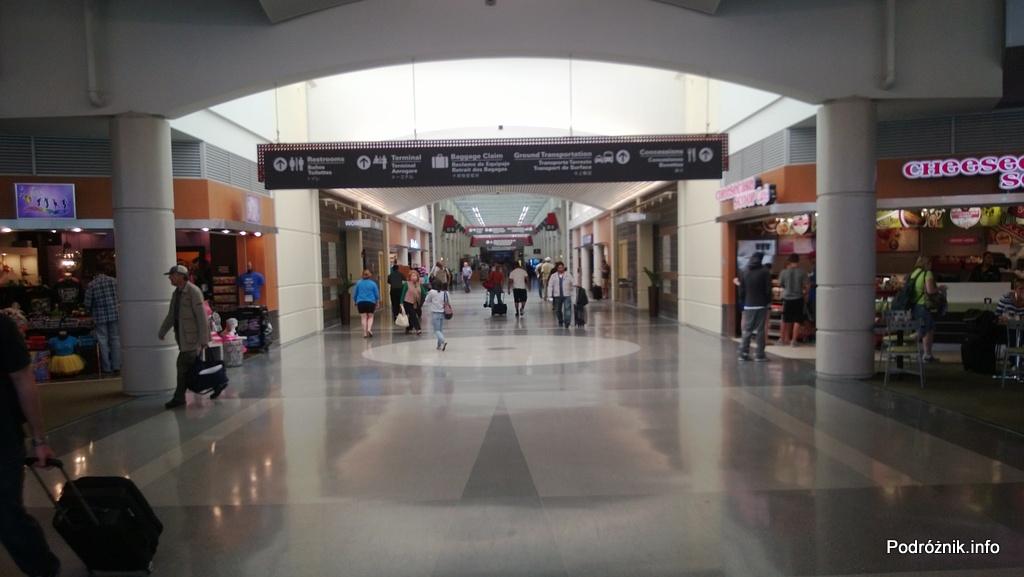 USA - Lotnisko w Nowym Orleanie (Louis Armstrong New Orleans International Airport MSY) - korytarz terminal D - czerwiec 2013